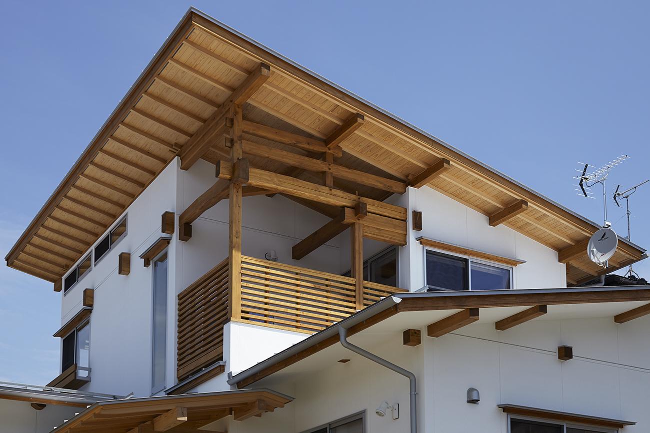 木組みの空に雲を見つける家