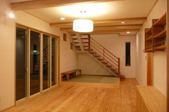 白い空間に根曲り木のある家